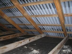 Изначально, под шифером или черепицей, всё выглядит следующим образом –конек крыши уже сам собой готов к укладке утеплителя