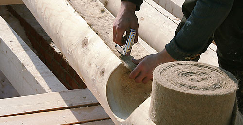 К лесоматериалу утеплитель крепится степлером.