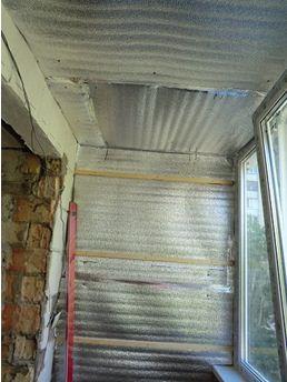 Монтаж гидроизоляции и деревянной обрешетки на балконе