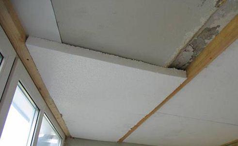 Укладка пенопласта при утеплении балконного потолка