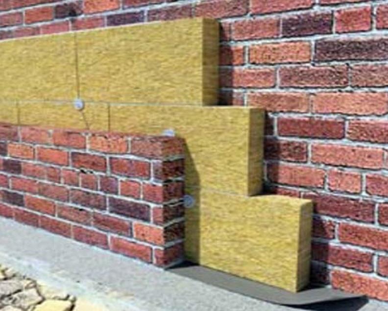 Какой утеплитель лучше пенопласт или минеральная вата снаружи здания решается во многом исходя из опыта и технологических возможностей. Но в любом случае внешняя защита ваты требуется более основательная
