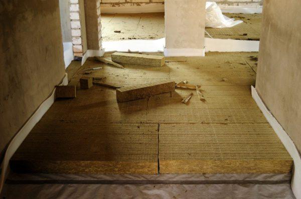 Каменная вата используется и в качестве утеплителя для пола.
