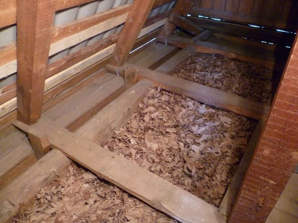 Каркас на полу с ячейками для засыпки утеплителя