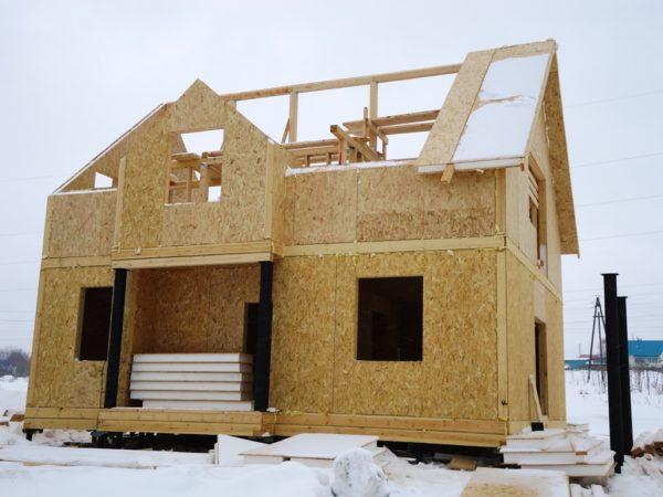 Каркасные дома из СИП-панелей часто утепляют именно пенопластом