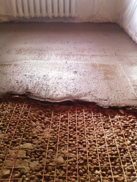 Керамзит подходит для утепления и поднятия уровня пола при бетонной стяжке