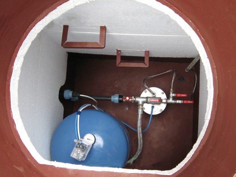 Кессон, утепленный внутри пенопластом, можно использовать и зимой