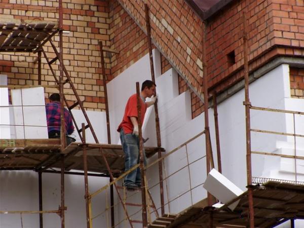 Кирпичные стены пропускают слишком много тепла. Разумное решение этой проблемы - наружное утепление фасада.
