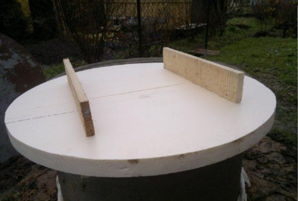 Крышка из толстого полистирола с деревянными ручками (они же ребра жёсткости)
