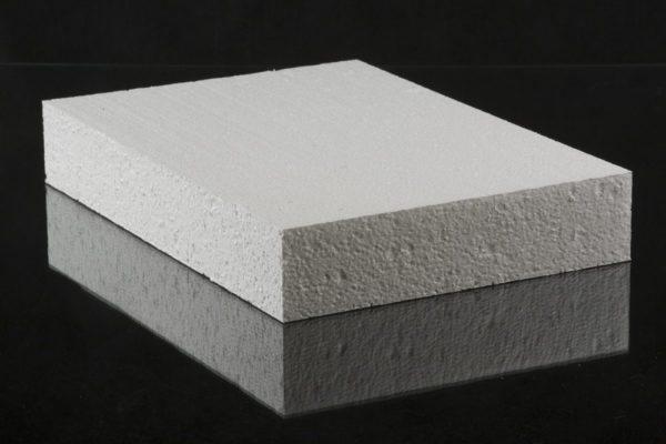 Лист материала ПСБ-С 25: на срезе видна высокая плотность гранул