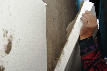 Лист прижимаем к стене как можно плотнее.
