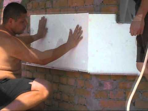 Листы приклеивают к стене и фиксируют дюбелями.