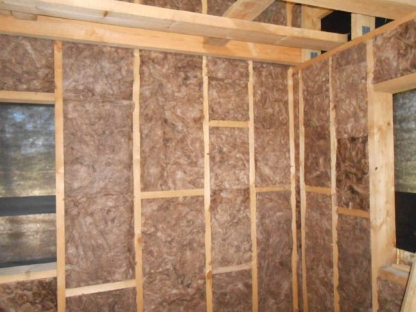 Лучше всего проводить утепление стен на этапе строительства, это сэкономит время и средства