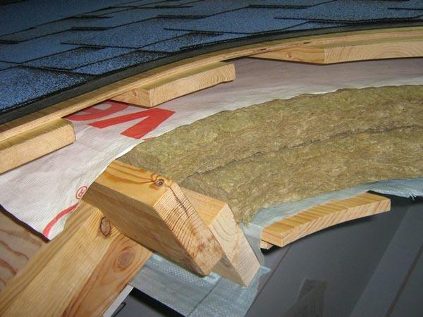 Любительское фото правильного размещения материалов при обустройстве мансардной крыши с использованием мягкой кровли