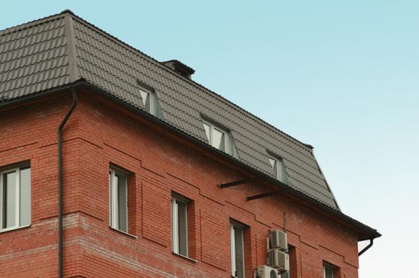 Мансардный этаж жилого дома с вертикальными окнами