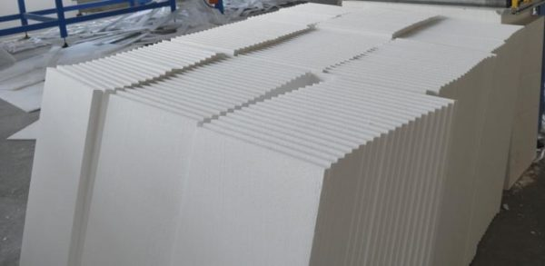 Материал продается во всех строительных магазинах и стоит недорого — это главные плюсы пенопласта