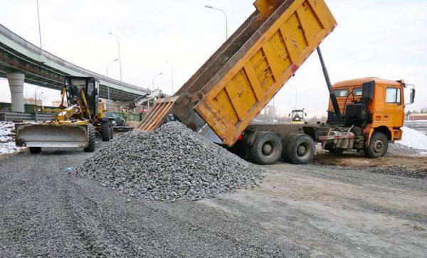 Материал укладывают под основание дорог на сложных грунтах