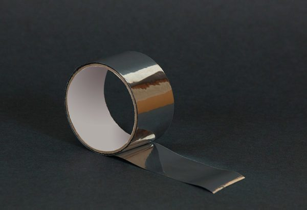 Места стыков ППЭ заклеивают металлизированным скотчем.