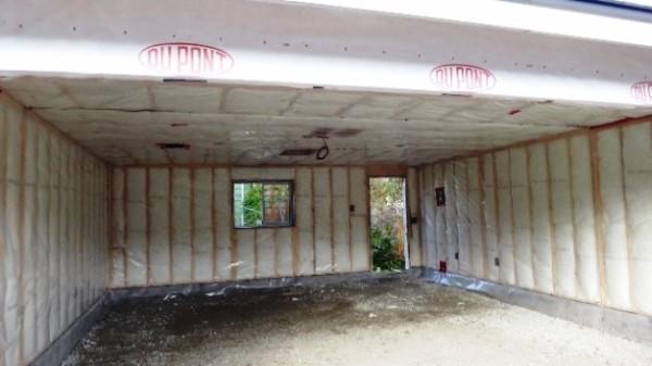 Минеральная вата подходит для утепления стен, а вот на полу защитить ее от влаги почти невозможно.