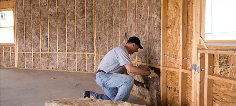 Минеральная вата сохраняет тепло и хорошо пропускает влагу, поэтому защищает деревянные конструкции от гнили и плесени.
