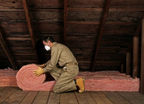 Минеральную вату удобно использовать в рулонах.
