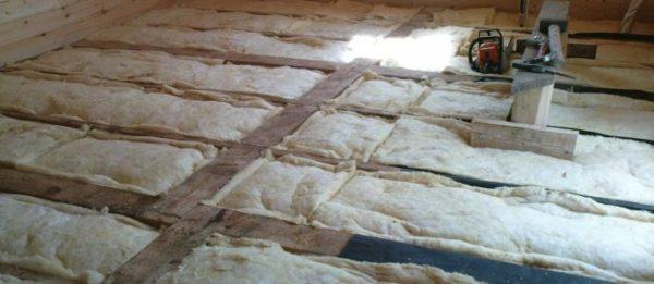 Минвата — популярный утеплитель для потолка, она проста в использовании и обладает самыми высокими теплоизоляционными показателями
