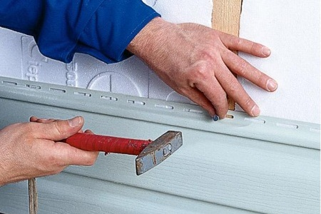 Монтаж пластиковых панелей на стену дома