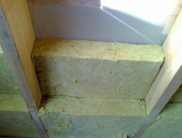 Монтаж утепления крыши в два слоя делается со смещением стыков