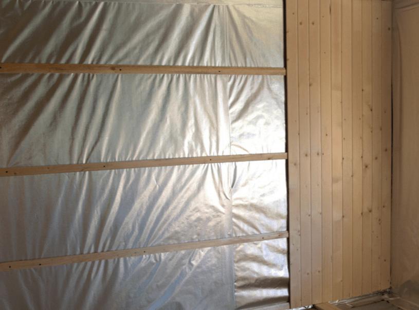 Монтаж вагонки по горизонтальной контробрешетке поверх пароизоляционного фольгированного слоя