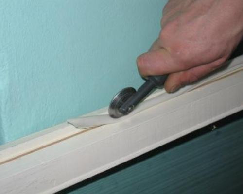 Можно воспользоваться специальным роликом для качественного монтажа уплотнительной ленты
