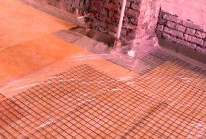 На ЭППС укладываем армированную сетку для залития стяжки