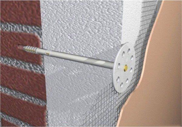 На этом фото показано правильное расположение дюбеля внутри пенопласта и стены