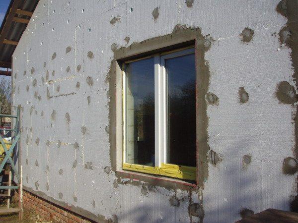 На фото - один из этапов утепления фасада пенопластом.
