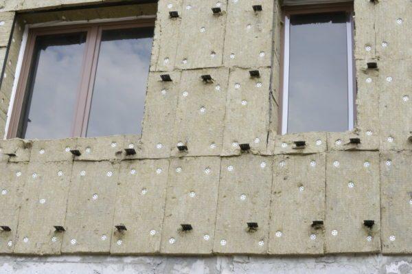 На фото – базальтовая вата как утепление дома под сайдинг.