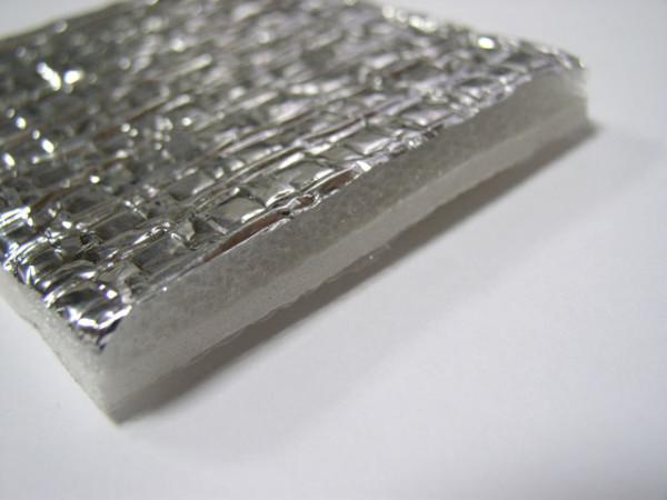 На фото – теплоизоляционный материал с фольгой