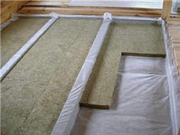 На фото: чердачное перекрытие по деревянным балкам нуждается в качественном утеплении