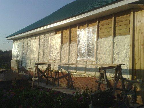 На фото дом обшит изнутри вагонкой и готов к проведению работ по утеплению