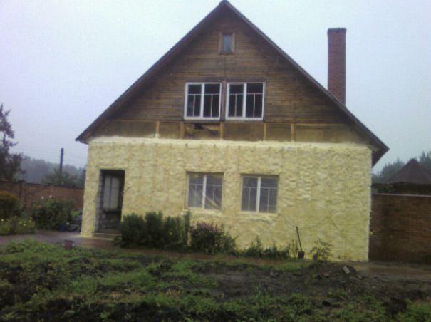 На фото дом, одетый в шубу из пенополиуретана