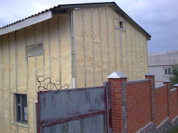 На фото дом полностью утепленный пенополиуретаном