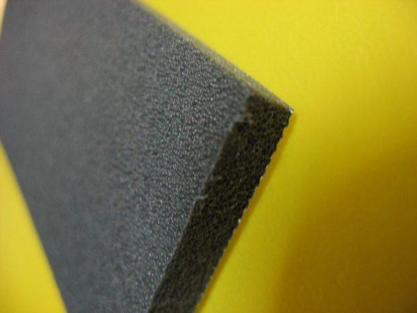 На фото хорошо видна ячеистая структура материала.