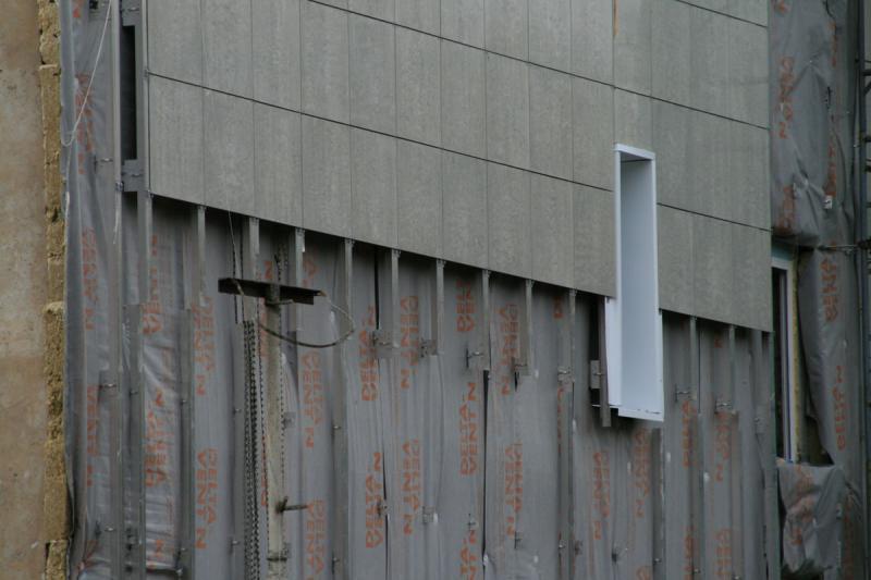 На фото хорошо видно устройство вентфасада.