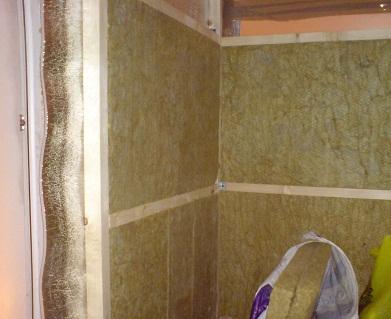 На фото изображено помещение перед укладкой второго слоя фольги.