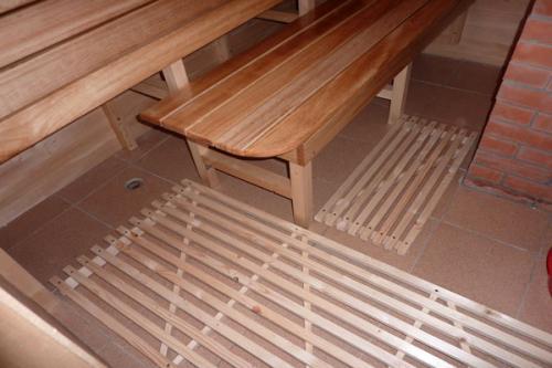 На фото кафельный пол прикрыт решетчатым настилом. Он не обожжет даже при высокой температуре; кроме того, на нем куда труднее поскользнуться.