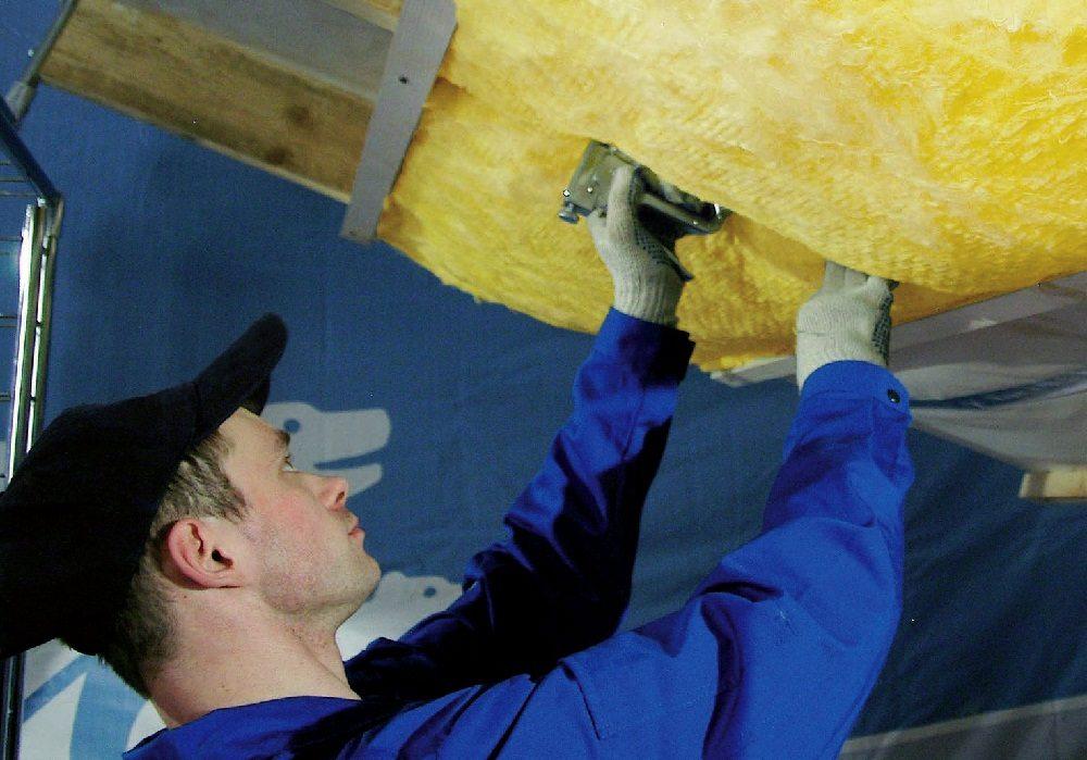 На фото материал закрепляется обычным мебельным степлером к деревянным поверхностям