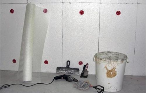 На фото необходимый набор. Для работы понадобится утеплитель, дрель с миксером, ведро, армированная сетка и шпателя.
