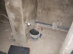 На фото оштукатуренные стены ванной