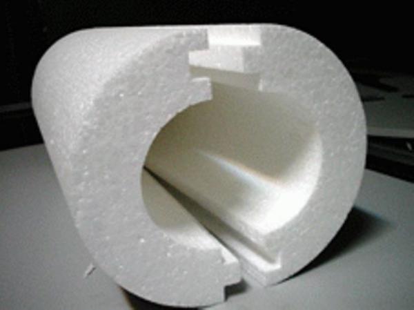 На фото пенопласт - утеплитель из двух половинок