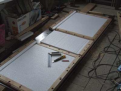 На фото пенопласт укладывается в деревянные рамки, это в том случае, если у полотна нет углубления для утепления