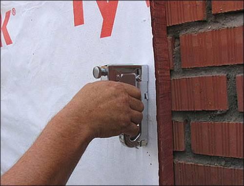 На фото показан пример того, как следует правильно держать степлер