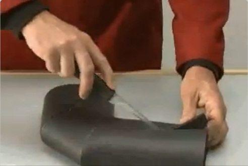 На фото показан процесс продольного разрезания трубчатого утеплителя.