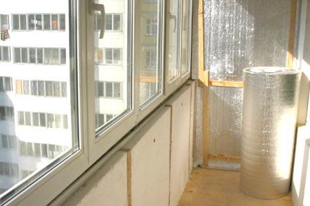 На фото показан процесс утепления лоджии в многоэтажном доме.